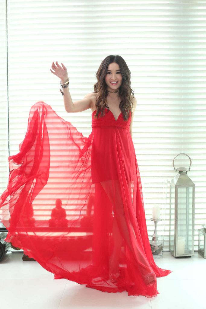 這條裙在日本購買,她本身很喜歡colourful,而這條裙有很多穿著方法,可以將紅色帶綁上頸,帶出古典感覺,如果將綁帶放下來,感覺變得活潑