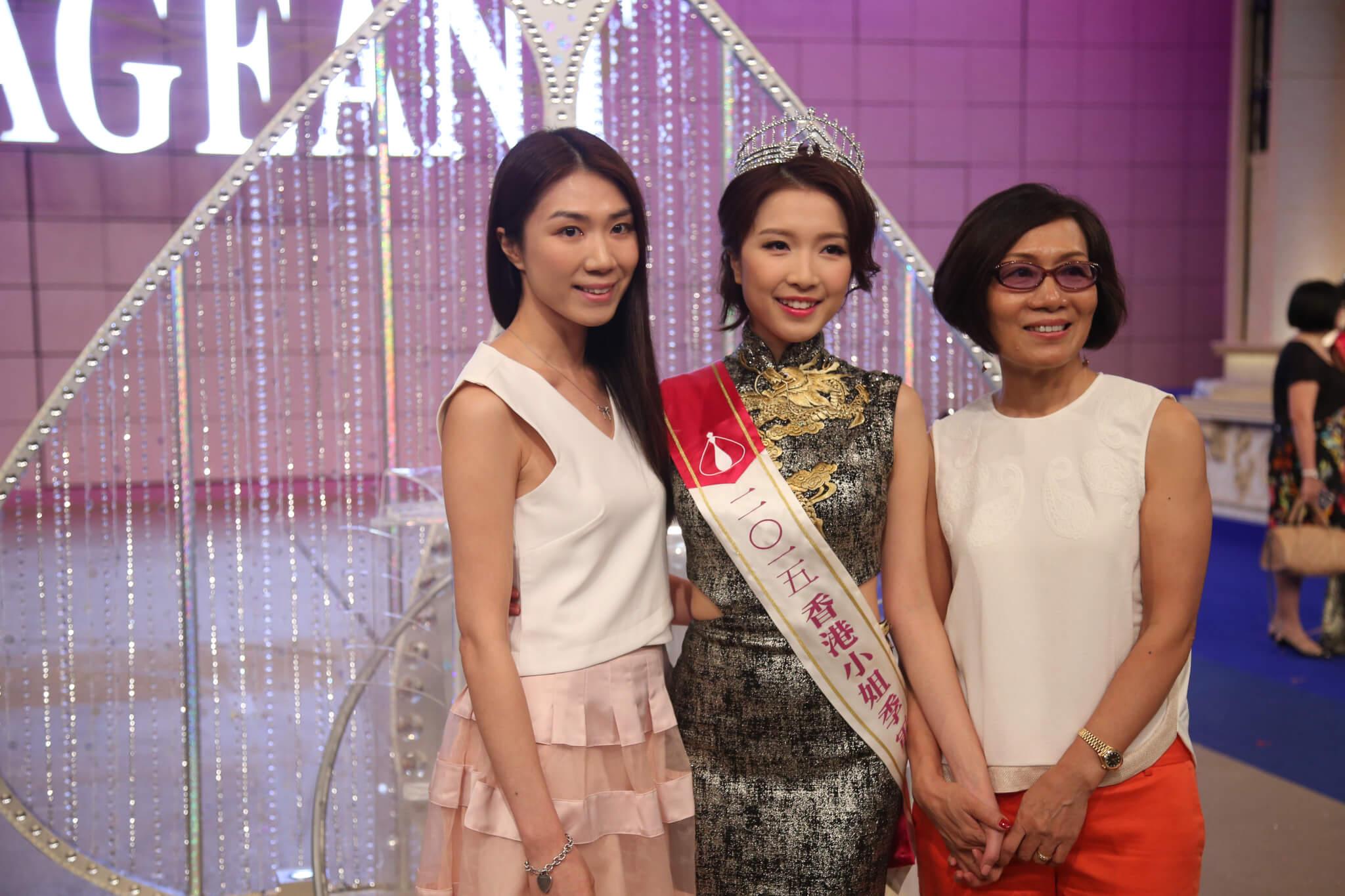 大學畢業後,郭嘉文在家人支持下參選香港小姐,拉票時家人亦有現身。