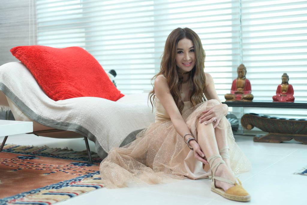 Top:Dior Dress:Valentino 「其實今年很流行nude色,nude得來又飄逸,這條裙看似隆重,但如果配襯芭蕾舞鞋,感覺會顯得很cute。至於飾物可配戴Dior今年很流行的金屬型格首飾。」