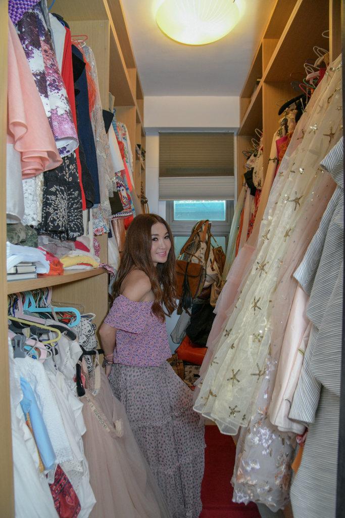 Top:日本牌子GD HOP Dress:AMIRI 「上身衫是在日本逛街時買的,約千多元,下身裙則萬多元,我覺得有時可以mix & match,有平有貴。今年很流行花裙,紫色比較難穿著,但我什麼顏色都愛穿,尤其一些pastel(柔和)顏色,一件普通日本牌子衫襯出來已好靚,有時不需要全部名牌,一套套服裝反而不好看。」