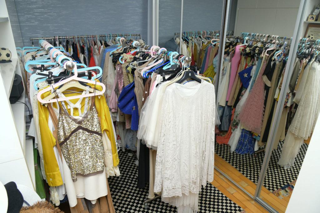 Irene的衣帽間就像時裝店,放滿不同類型的服裝。