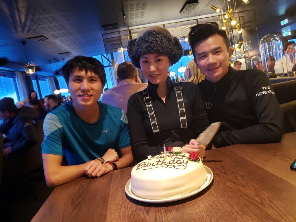 她與釗峰及徐志堅在當地慶祝三十八歲生日。