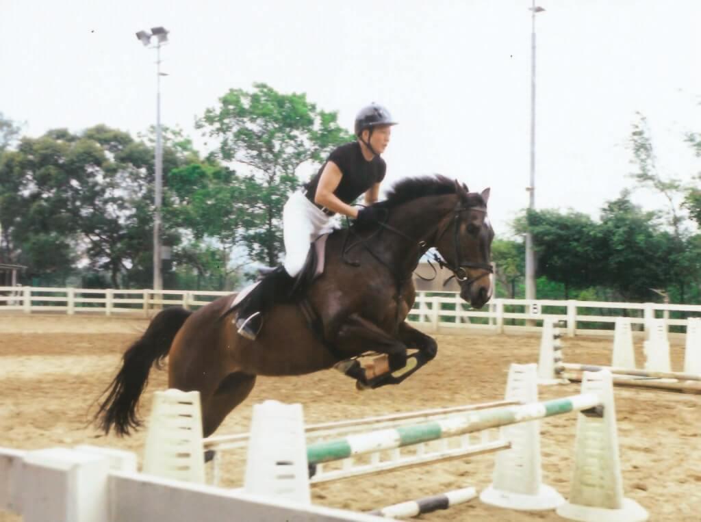 五十七歲的他,很注重身體健康,經常keep弗,騎馬、游水等。