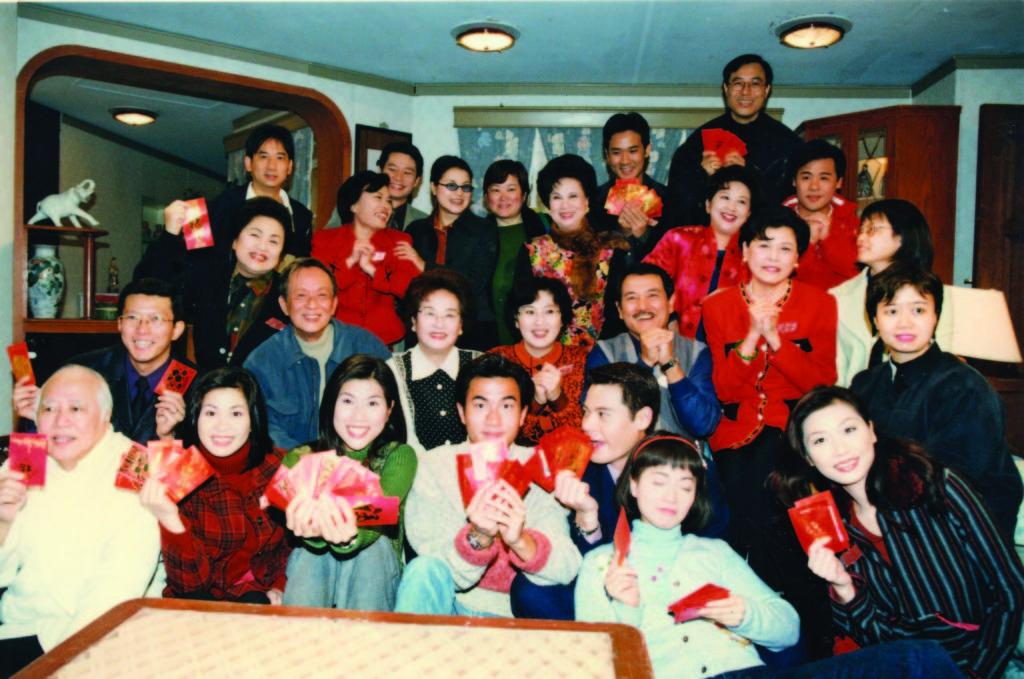 監製徐遇安找楊英偉(第二行左一)做《真情》木川的角色,他從五百幾集演到千一集。