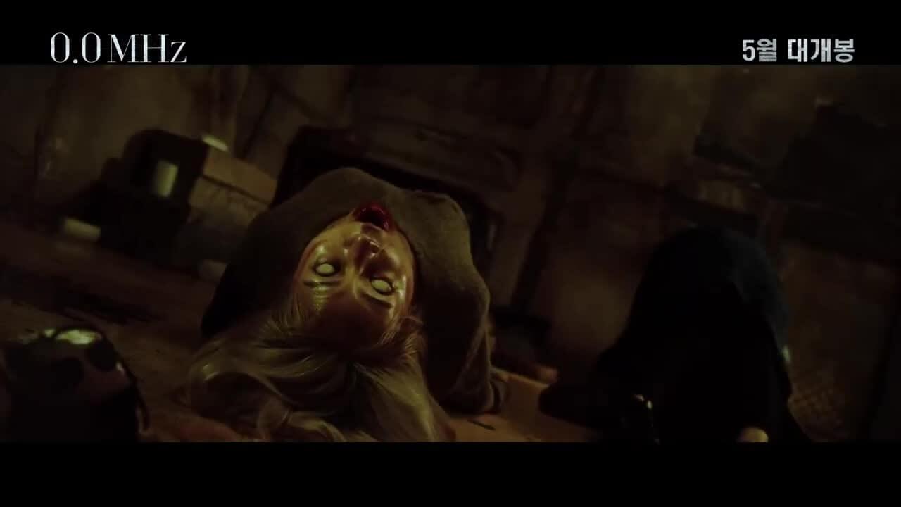 戲中不斷被附身的金髮女生由演員崔尹晶飾演,肢體扭曲的動作做得十分出色。