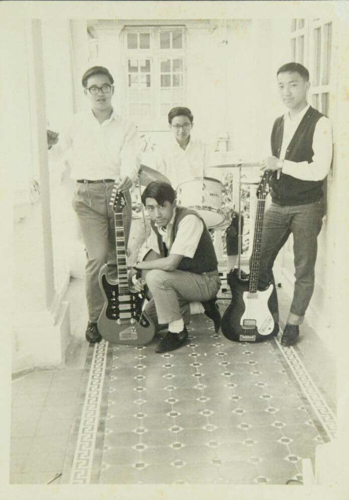 葉景文學生時代已經有玩音樂,中學畢業後曾在夜總會及酒吧擔任樂手,儲錢到美國升讀大學。