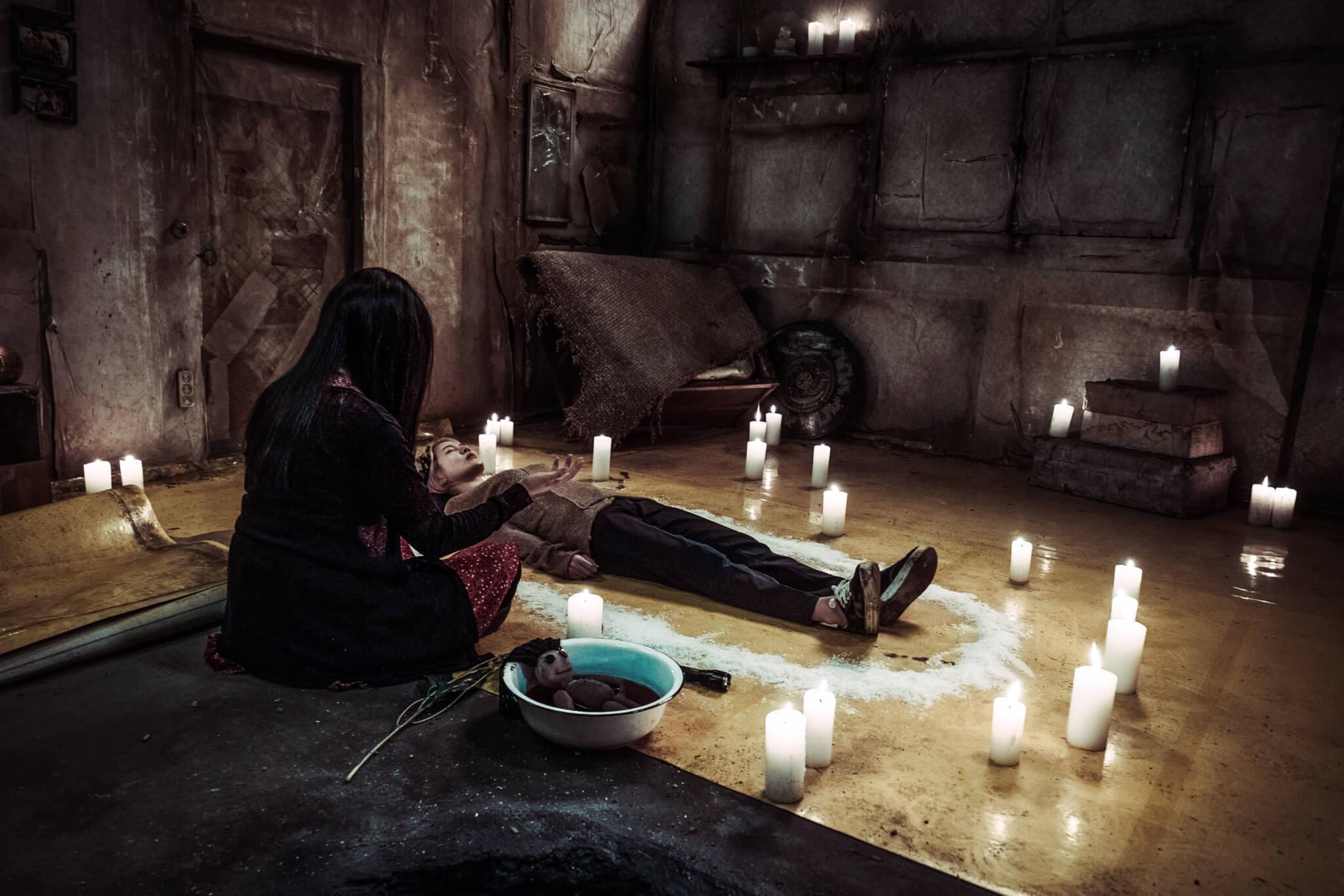 戲中施展巫術的場面,是恩地親自拜師學藝的成果。