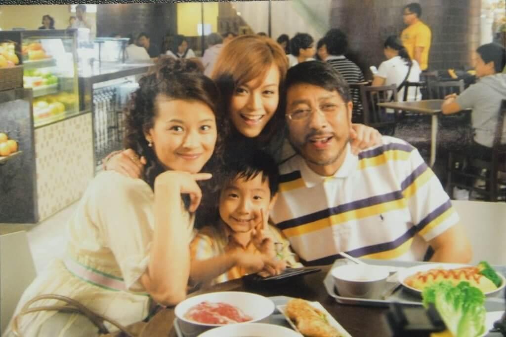 葉景文與黎燕珊、文詠珊及彭卓廸在港台劇集《消‧廢》中扮演一家人。