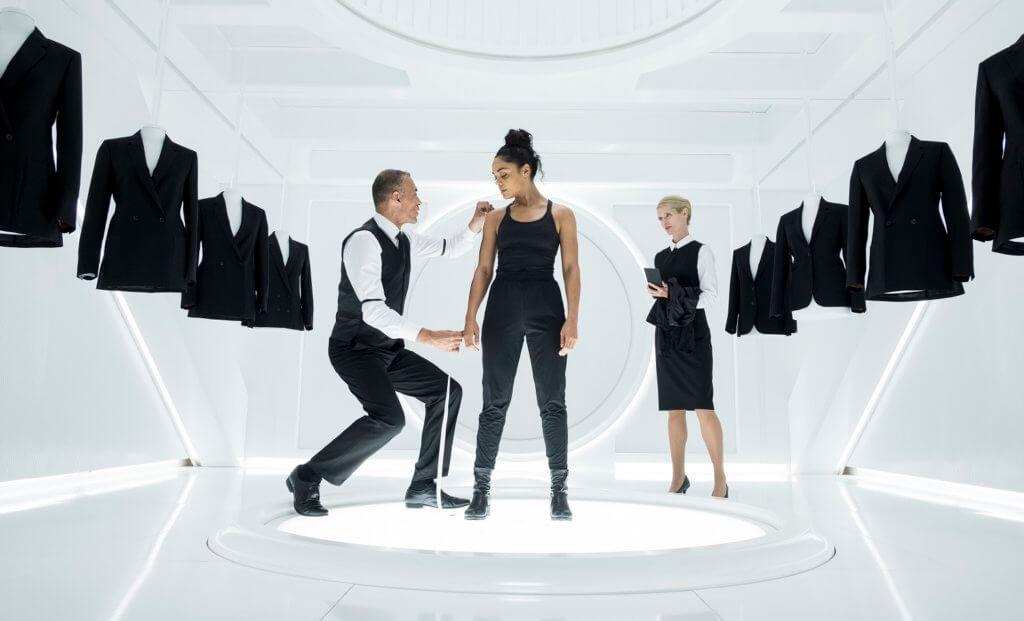 泰莎飾演的特務M也來穿上「黑警」西裝