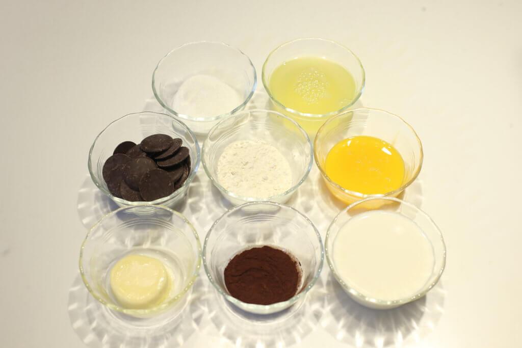 法式朱古力梳乎里 材料: 牛油 麵粉 可可粉 牛油 蛋黃 黑朱古力 奶 蛋白 糖