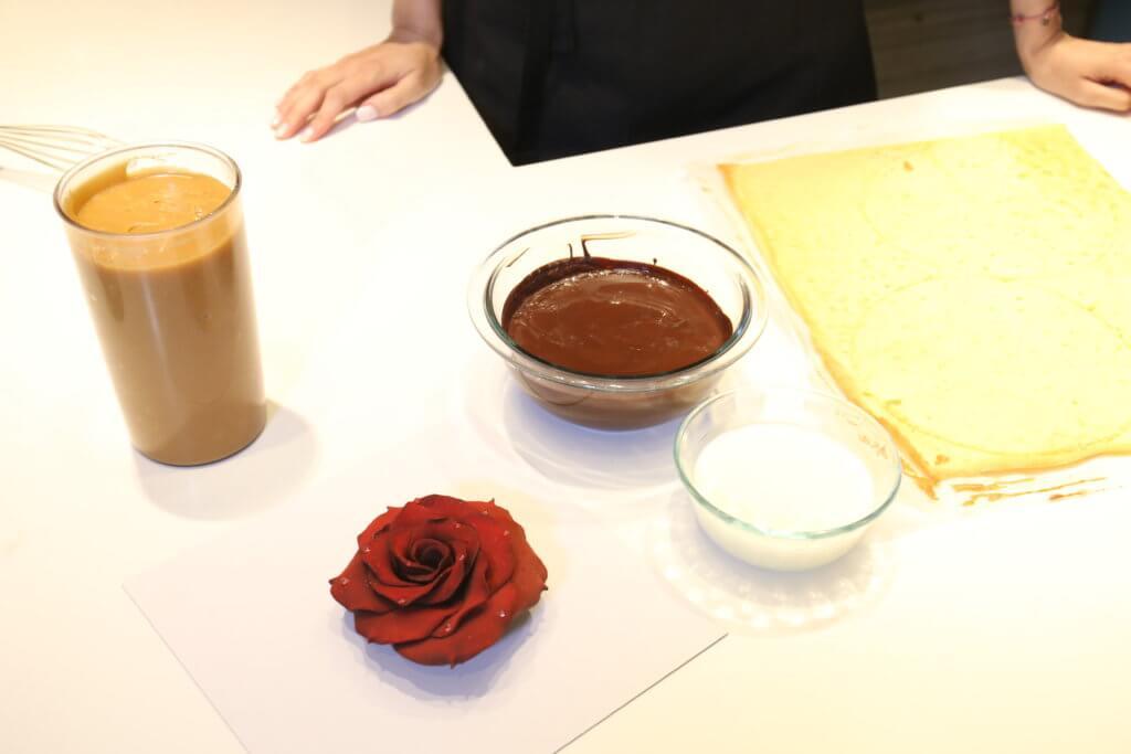 焦糖鏡面朱古力慕絲蛋糕 材料: 黑朱古力 奶 忌廉 焦糖鏡面 海綿蛋糕底