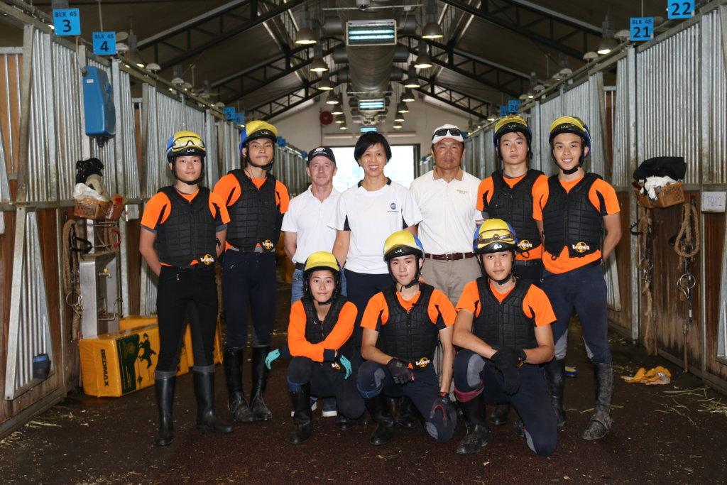 陳校長與總教練高雅志(左)、馬房經理劉同安(右),肩負騎師訓練學校的重任。