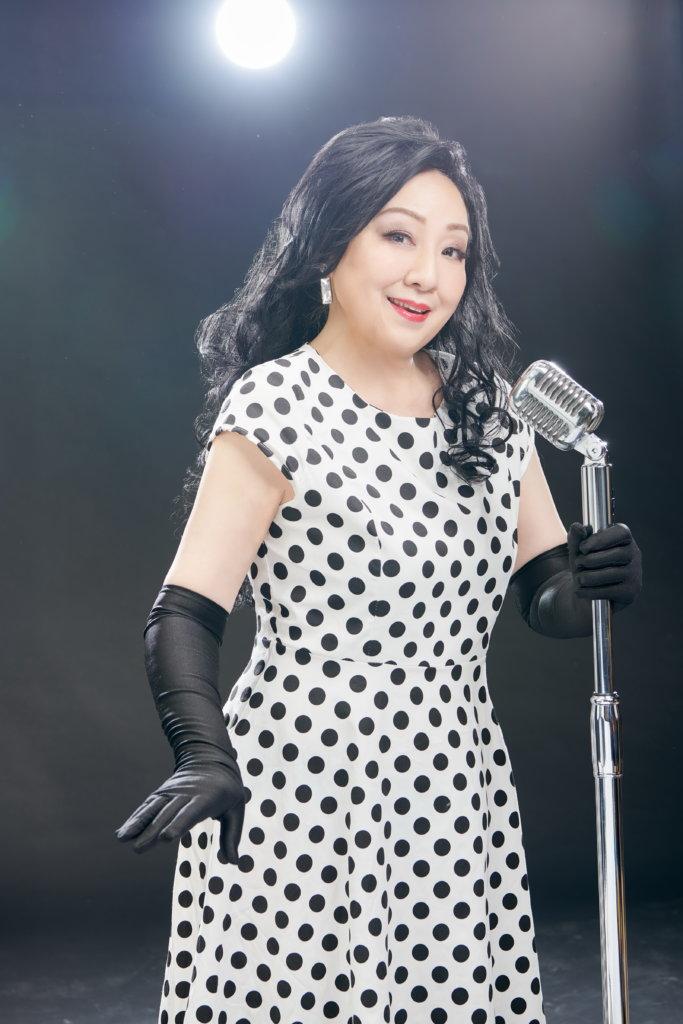 盧宛茵跟偶像徐小鳳同樣擁有一把沉實聲線,她更以對方的經典造型拍攝海報。