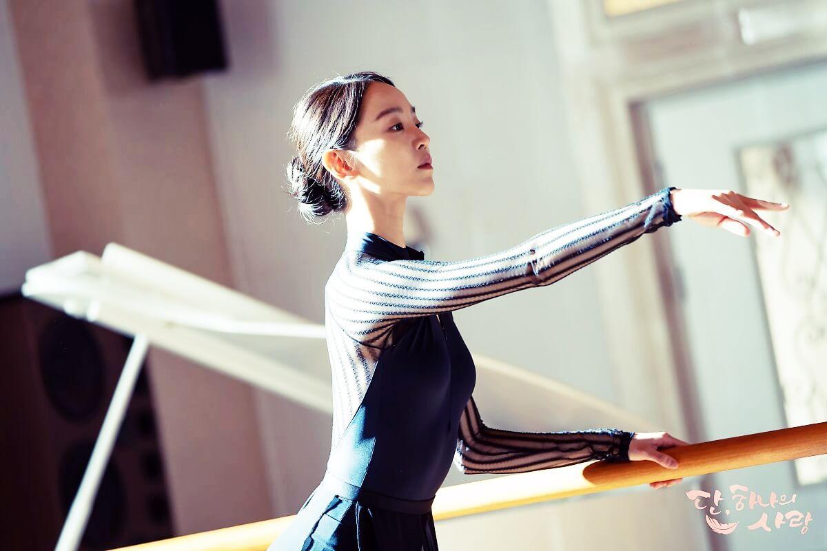 申惠善在《藍色海洋的傳說》、《雖然30但仍17》和《死的讚美》等劇都有不俗的表現,今次她化身成優雅的舞蹈家。
