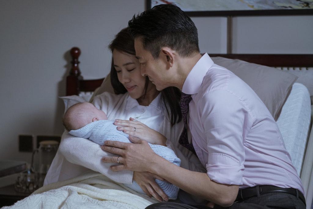 已為人父母的華仔與嘉欣,抱着初生嬰兒,愛不釋手。