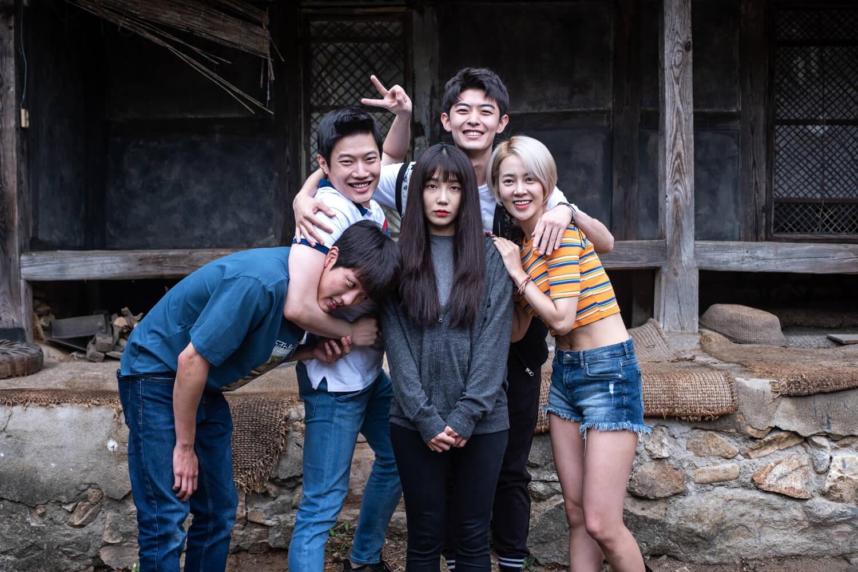戲中一班朋友前往鬼屋探險,結果被長髮鬼纏身。