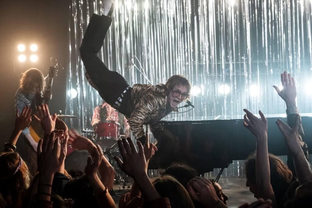 《搖滾太空人》歌舞場面精采奪目,泰隆重現艾頓莊年輕時彈到跳起的經典場面。