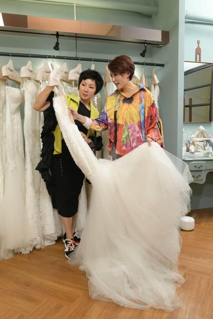 李璧琦日前到設計師好友Noel Chu的店舖揀選婚紗。