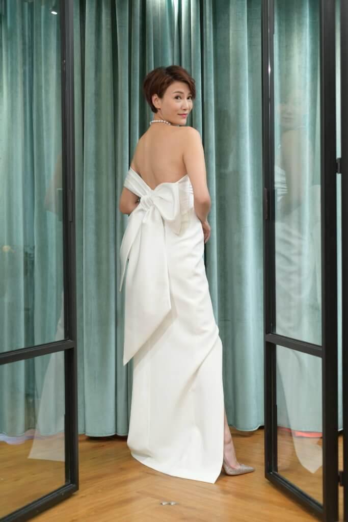 Becky喜歡簡單款式,這套白色露背婚紗,是她喜愛之一。