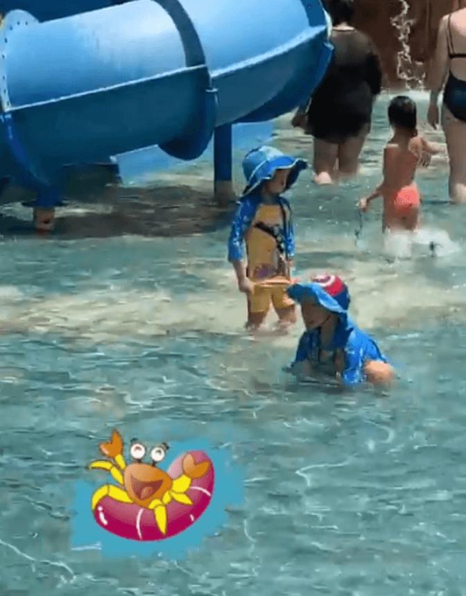 到水上樂園玩耍