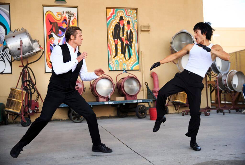 影片重塑六十年代的洛杉磯,其中一幕畢彼特跟A貨李小龍過兩招。