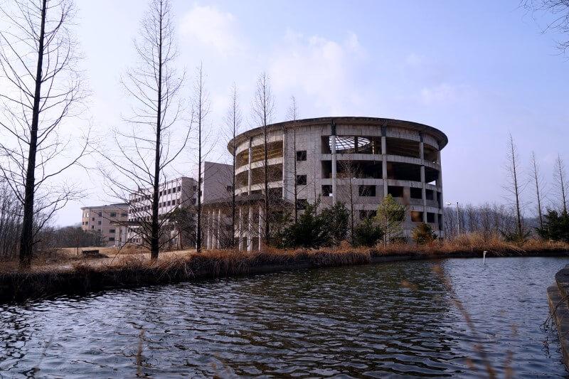 韓國保建大學廢校外觀陰森,網民慨嘆若然當年校園成功峻工,該處便會是另一番光景。