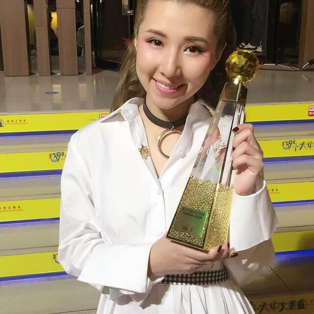 一六年正式以歌手身份出道,除了得到無綫《勁歌總選》的新人金獎外,更得到港台的最有前途新人獎金獎。
