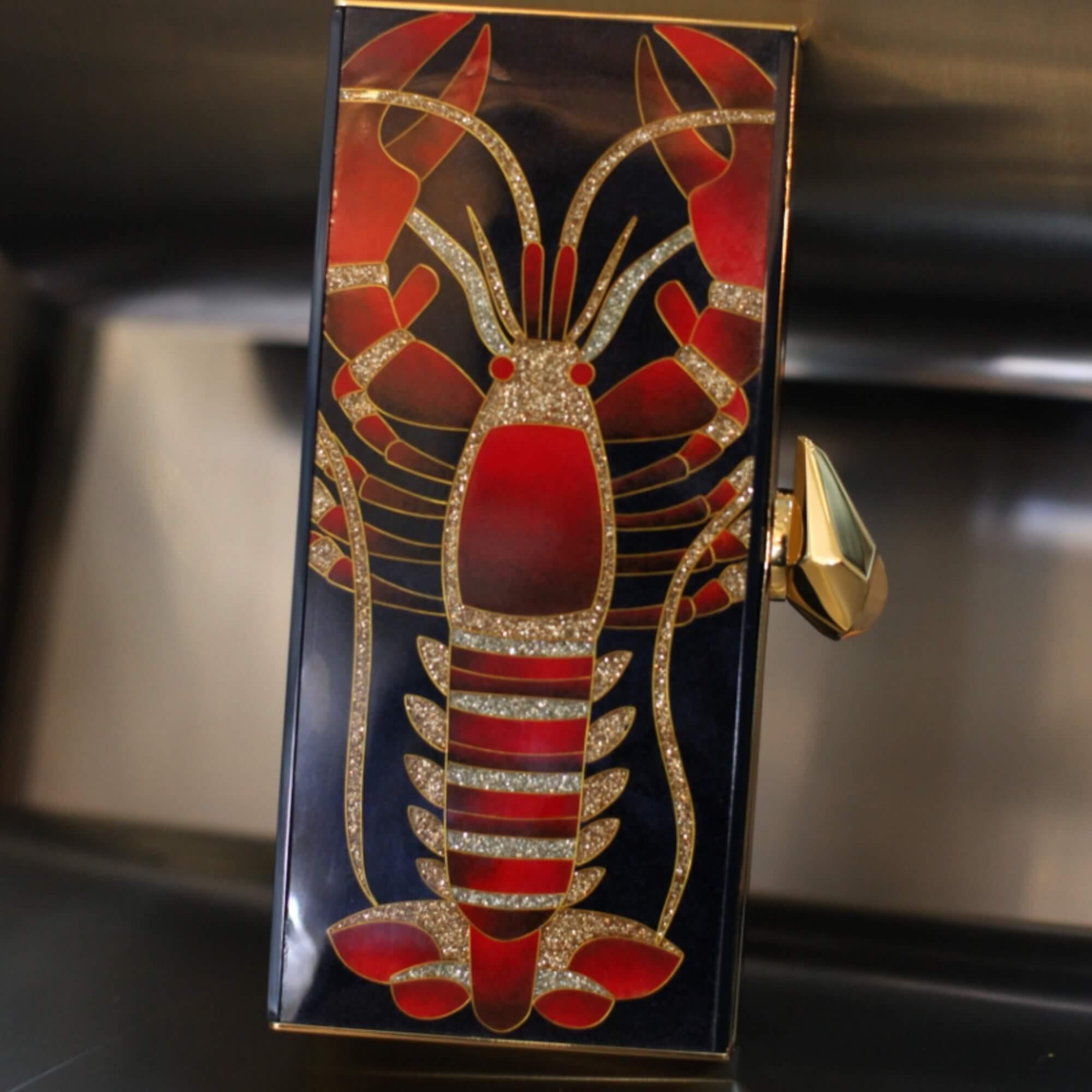 以景泰藍技術製成的龍蝦clutch是上一個春夏的款式,亦是Fiona最愛之一。