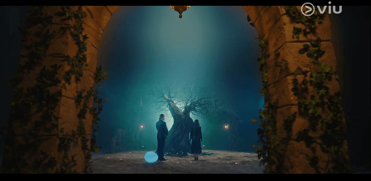劇組以燈光和道具,把廢校佈置成幽秘的月靈樹所在地。