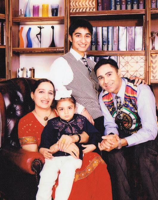 他與太太育有兩個兒子,小兒子患有先天性脊椎神經線毛病。