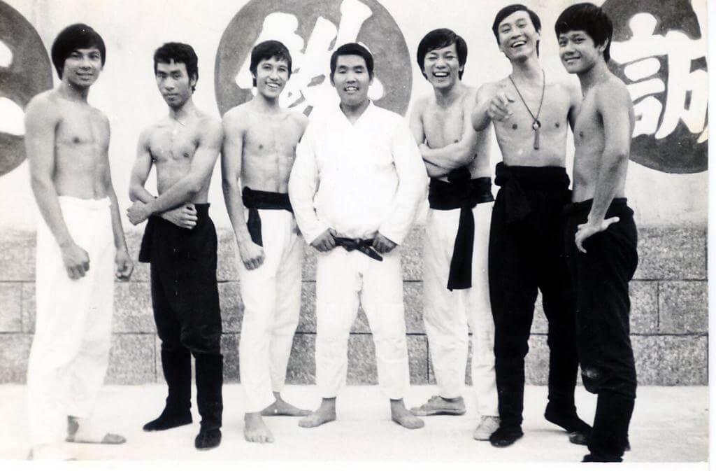 關偉倫(左)在訓練班時期有練習空手道,初出道時拍功夫片,至入電視台後亦拍了不少武俠劇。