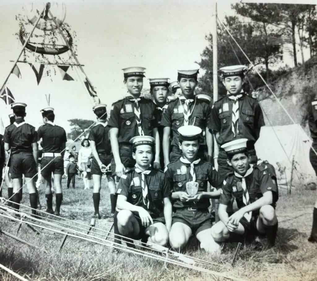 十五歲的黃栢文(前排中),在航海學校中參加海童軍。