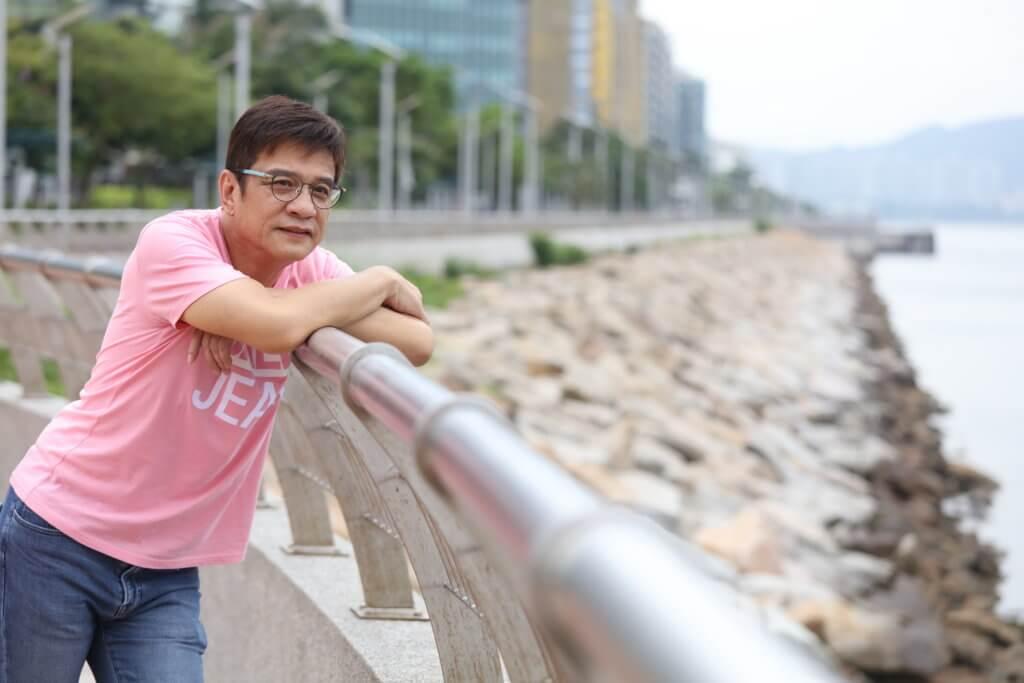 黃栢文十四歲入讀航海學校,十七歲正式成為海員,在海上漂泊了五年,才回歸岸上生活。