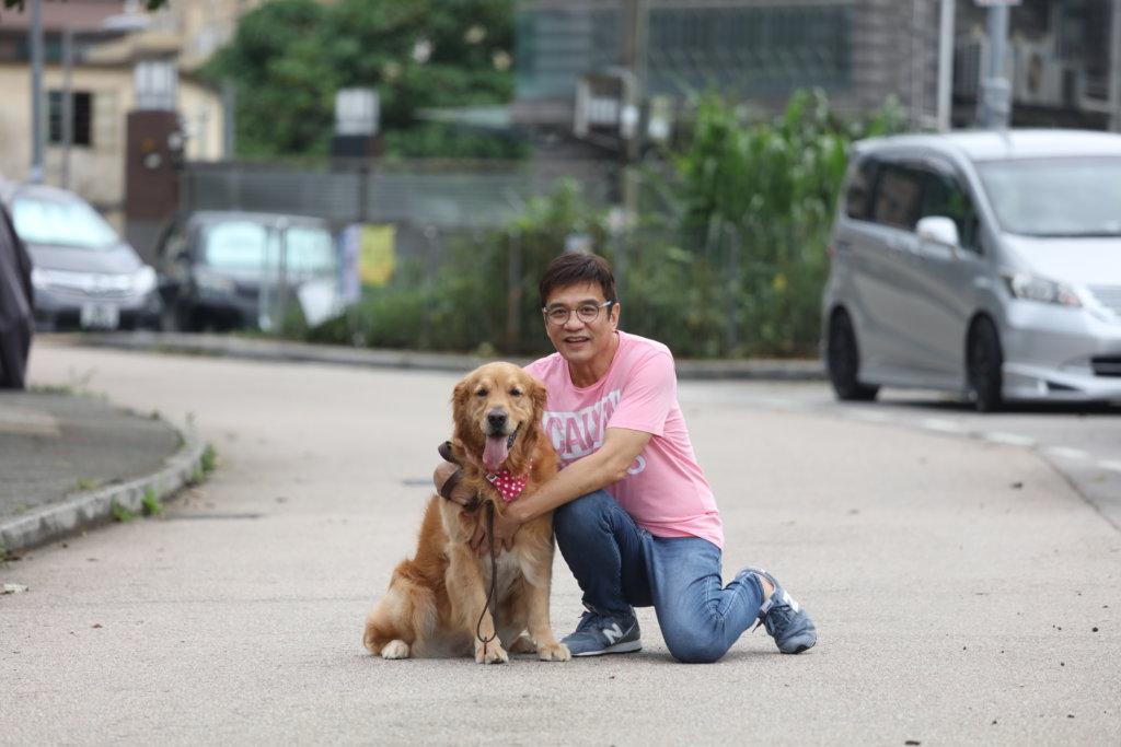 黃栢文的女兒已長大成人,現在他和太太養了一頭七歲的金毛尋回犬作伴,二人更視愛犬如兒子般愛惜。