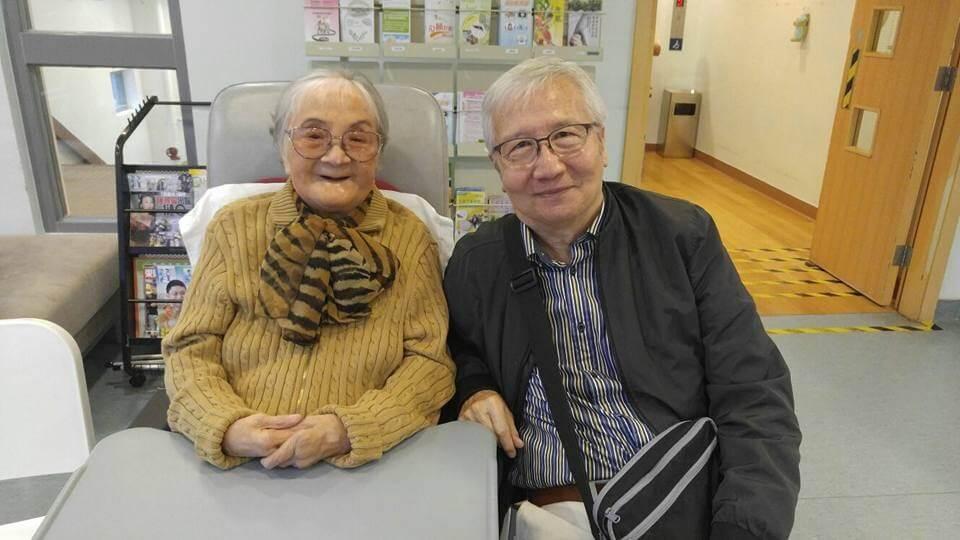 好友翁午在療養院探望姚莉