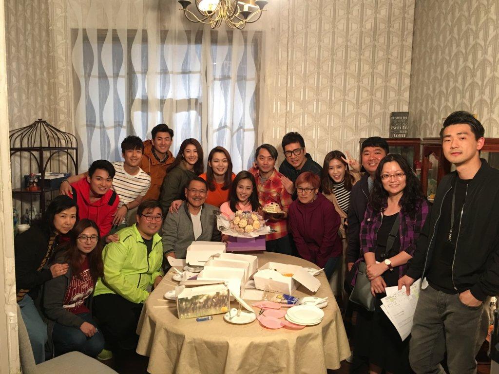 處境劇《愛·回家》的台前幕後,劉丹、呂慧儀和單立文去年為她慶祝生日。