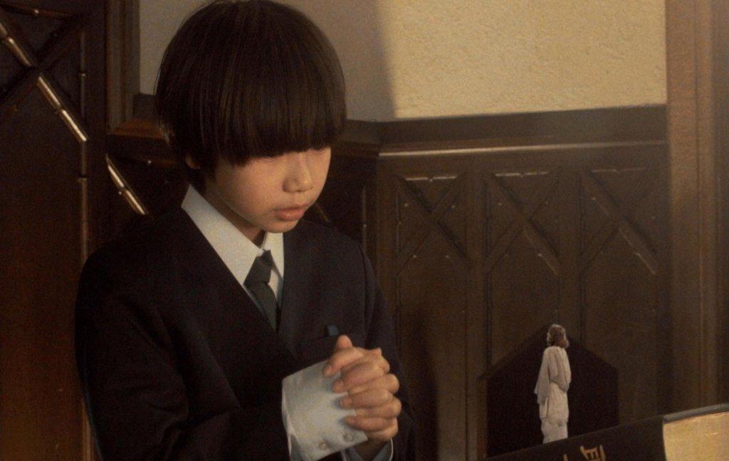 主角在友人葬禮上帶領禱告時,雙手合十打扁眼前的小小小耶穌,非常震撼。