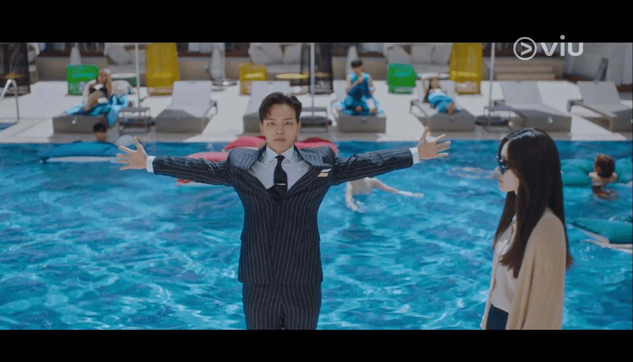 呂珍九劇中為避開女鬼,不惜在高層面前跌進泳池。