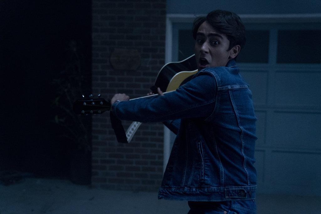 片中拿起結他自彈自唱的小男生,在屋外遇上狼人。