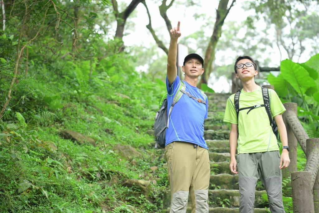 曾志成一有機會就帶兒子到世界各地攀山