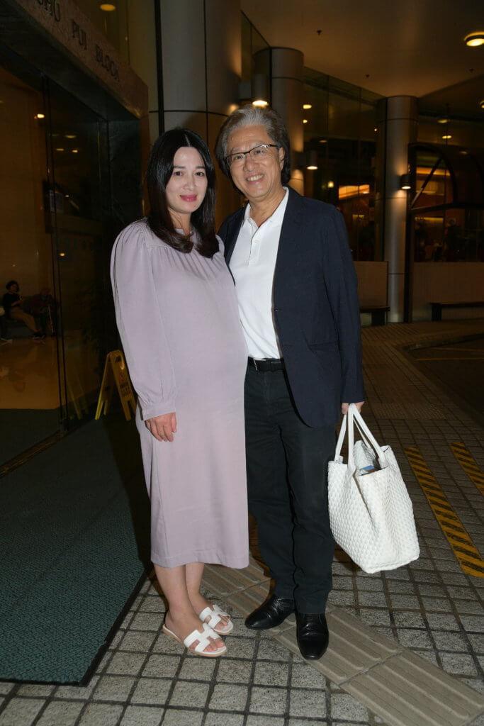 周三晚少霞與丈夫李文輝抵達醫院,大方承應準備開刀分娩。