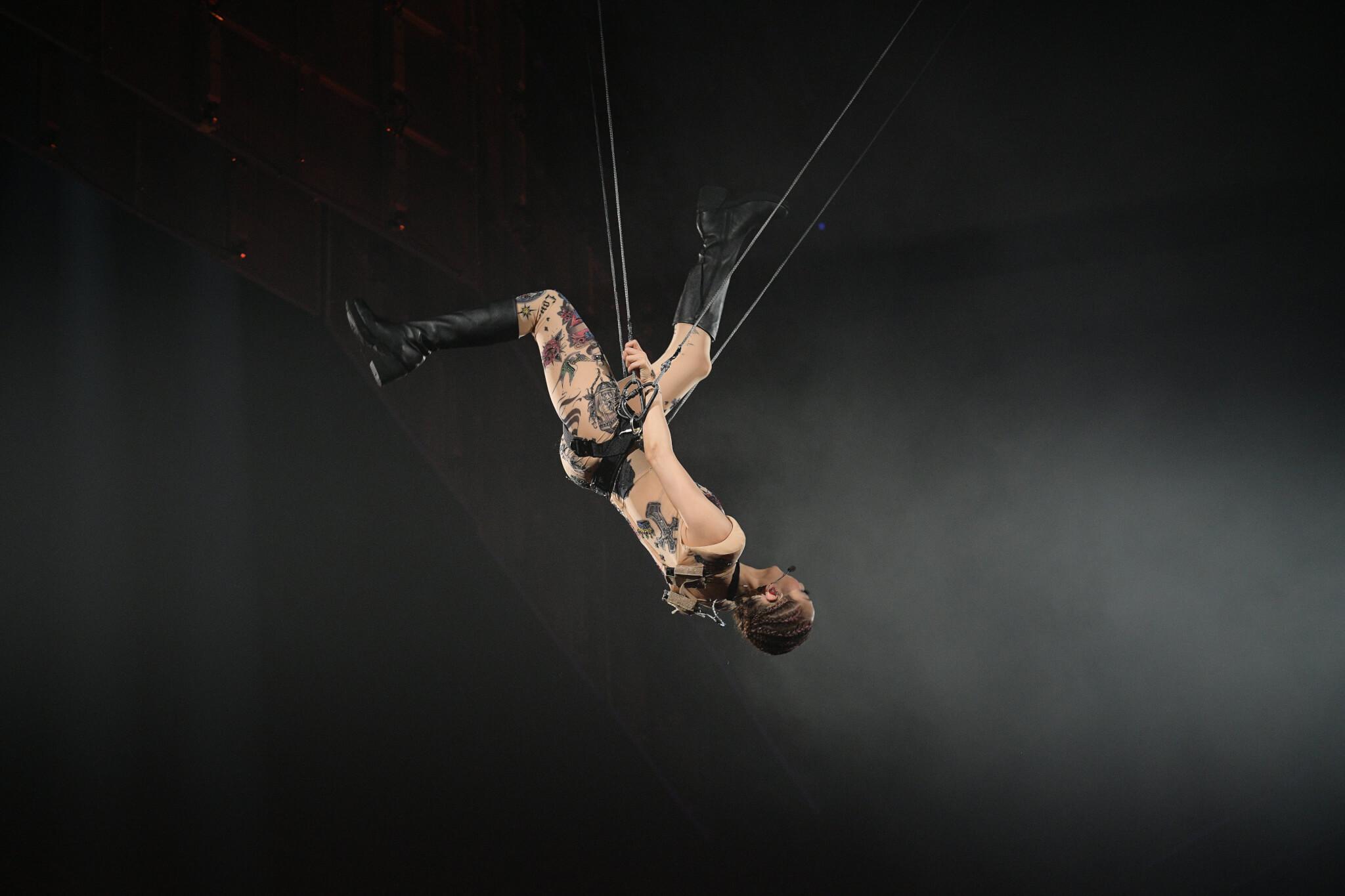 Sammi只用兩條威也吊到半空打了兩個後空翻,又在半空做出仿飛行的姿勢動作。