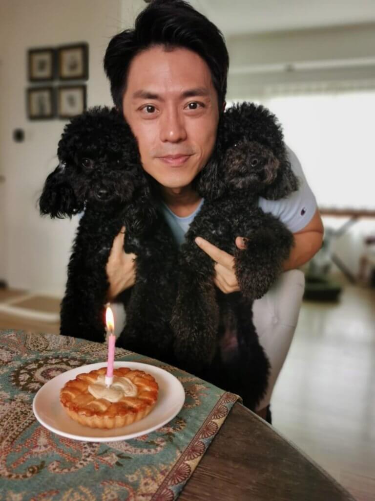 狗仔一歲時,森美為一對愛犬切蛋糕慶祝生日。