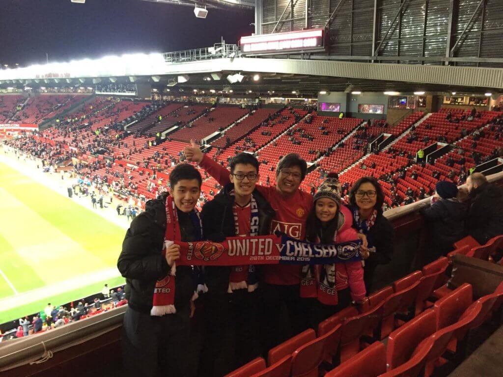 劉穎笙和父母、兄姊到英國曼徹斯特的奧脫福球場看球賽。