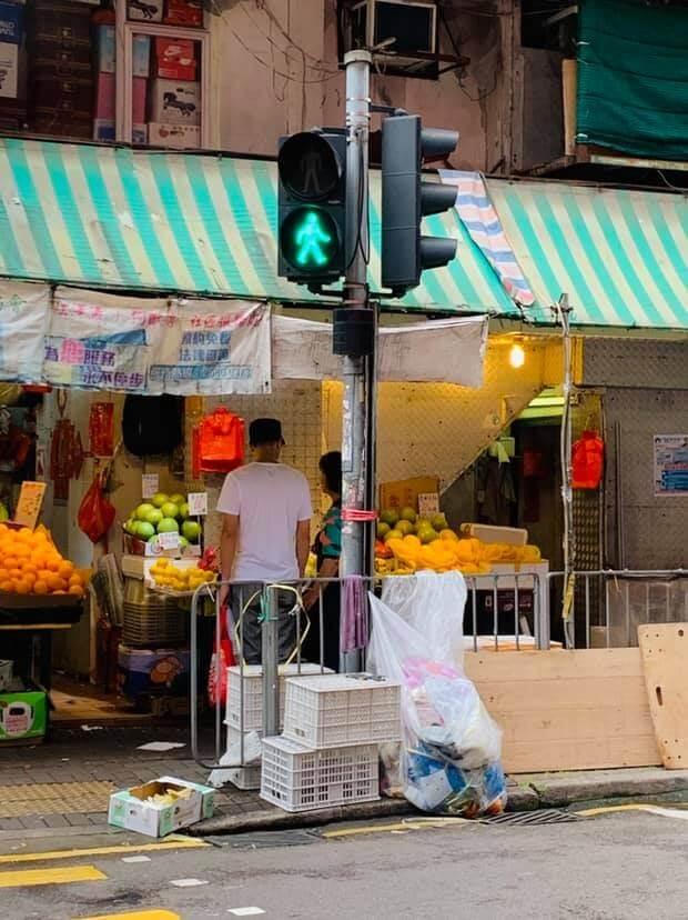 不用開工時他會陪媽咪飲茶、買餸,閒時更會買些小禮物送她,而西灣河街坊亦拍下母子買餸的溫馨時刻。