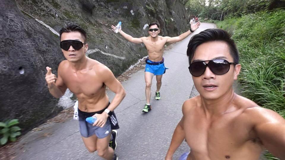 他閒時會相約好友袁偉豪及胡諾言一起跑步。
