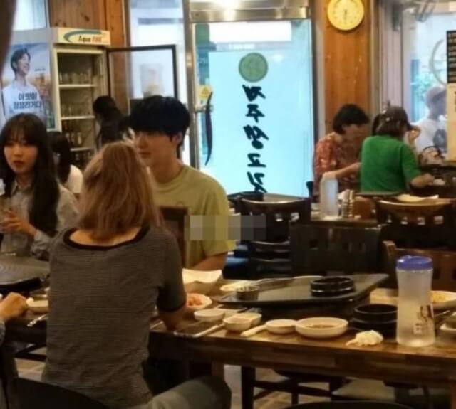 安宰賢生日前被拍得跟其他女性吃飯