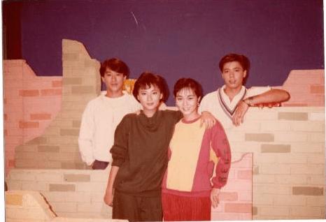 何啟南當年在港台青年人節目《青春導賞》擔任主持,與一班年輕人合作。