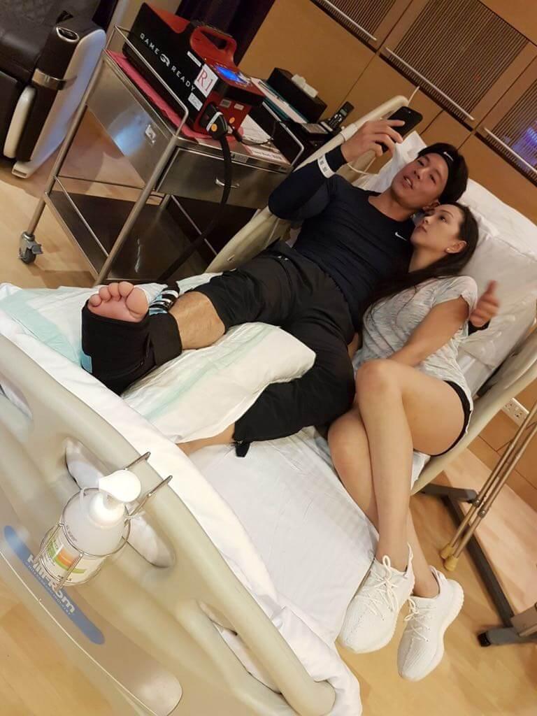 前年在內地拍戲傷了筋腱,要立即回港做手術,太太在旁悉心照顧。