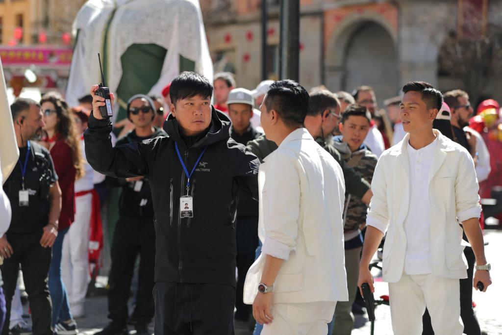 在西班牙的奔牛節拍攝大型槍戰,家輝與錢嘉樂非常緊張。